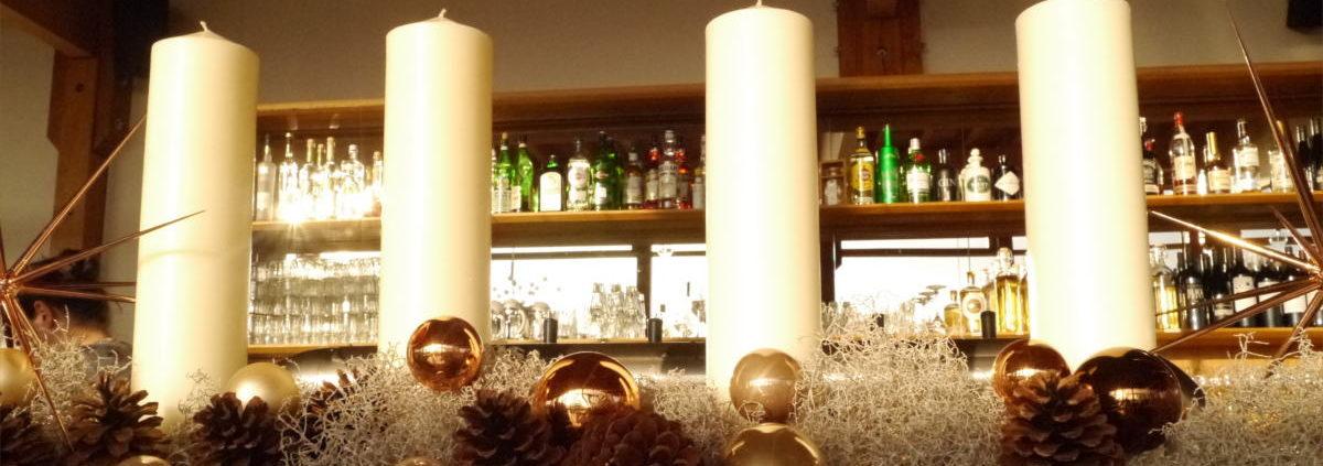 Der Adventskranz verleiht dem Restaurant eine festliche Stimmung.