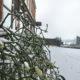 Es schneit und wird weiß rund um das Heckers Restaurant.