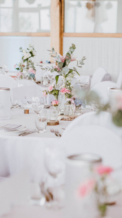 Romantische Blumen-Dekoration zur Hochzeit im Veranstaltungsraum des Heckers Restaurant.